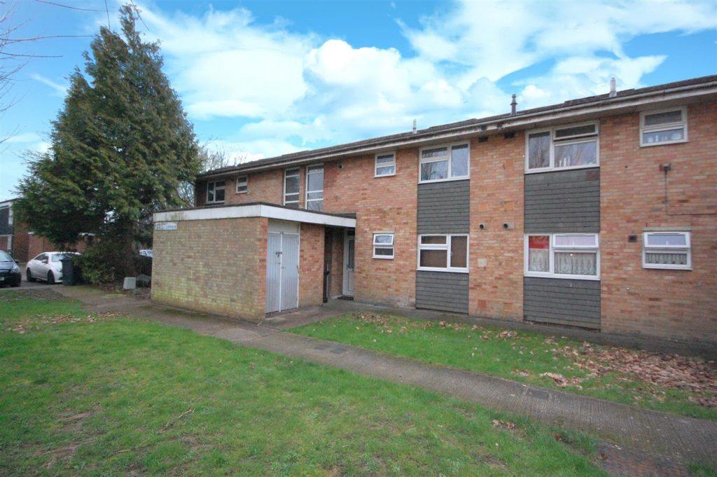 Spacious ground floor maisonette walking distance of the train station