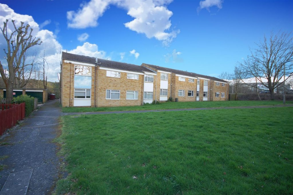 Vacant top floor flat with great access to road links