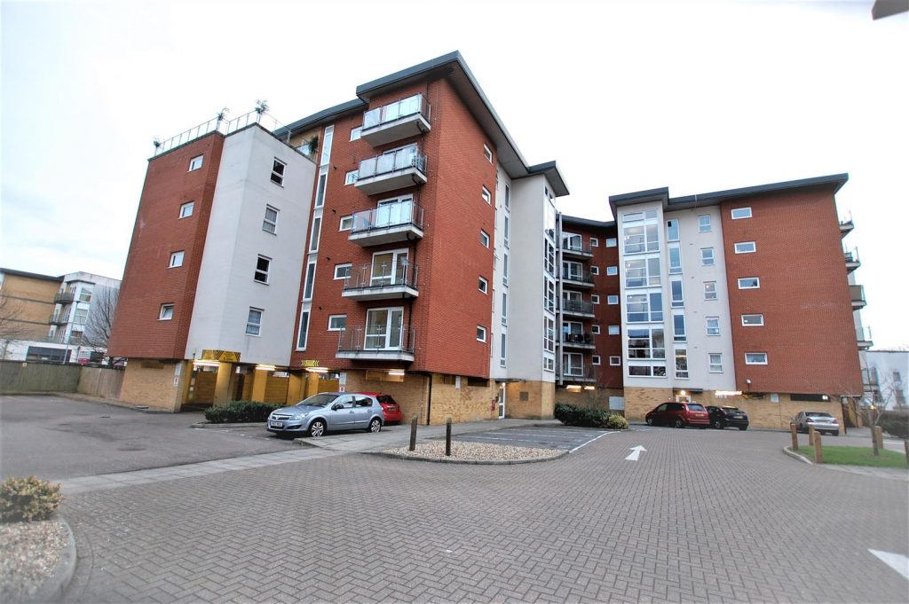 Chain free refurbished apartment with balcony